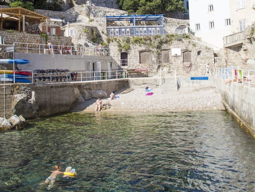 Sulici beach ligger precis utanför Pileporten i Dubrovnik.