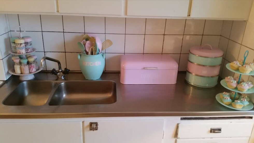 Till och med diskbänken är full av pastelliga 50-talsprylar.