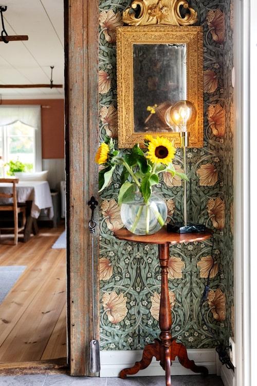 Spegel och bord kommer från Silvergruvans antik i Sala.