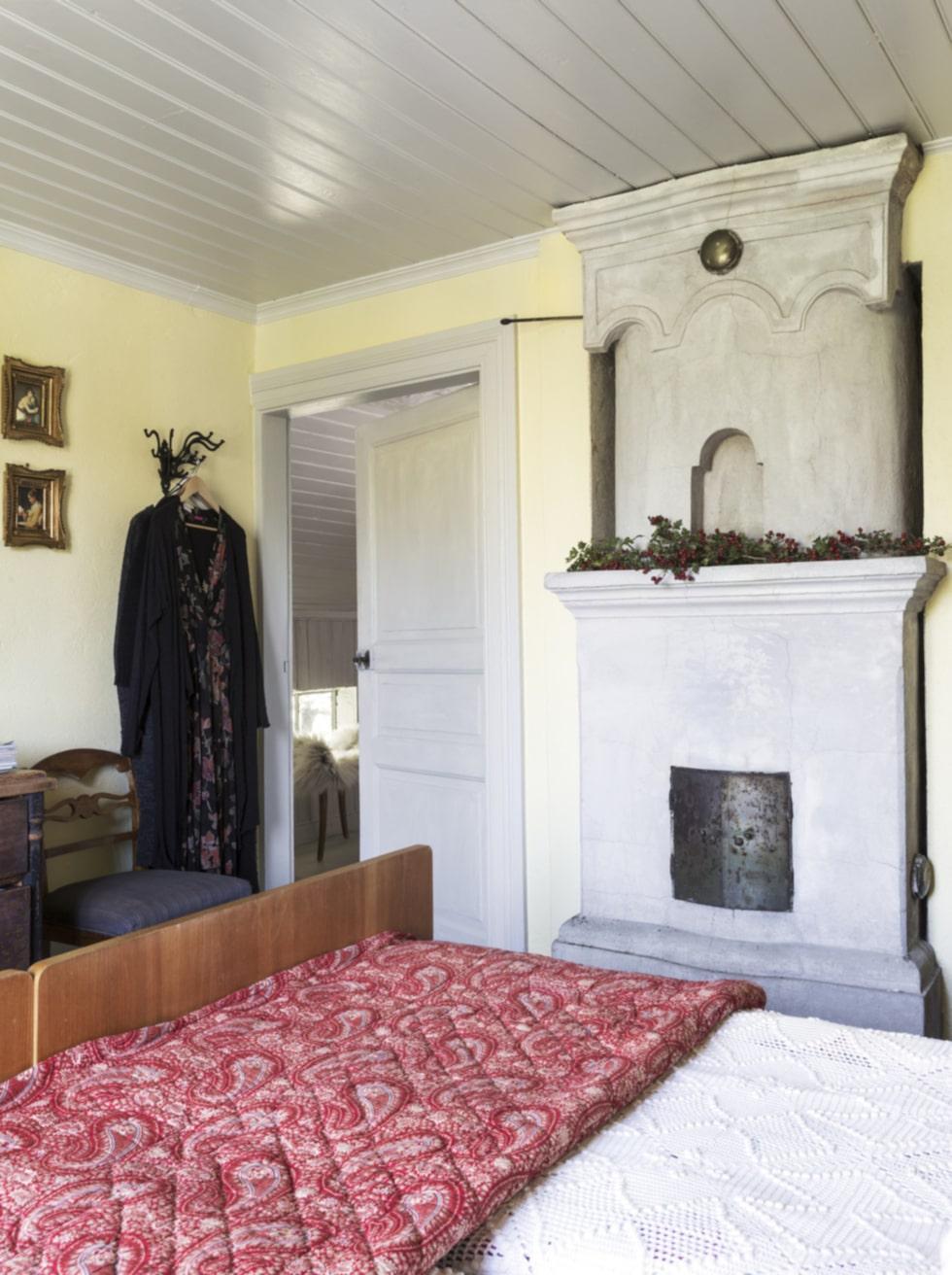 Sovrum. Sovrummet går i gult och grått. Den grå färgen är genomgående i hela ovanvåningen. Maries mormor har virkat de vita sängöverkasten.