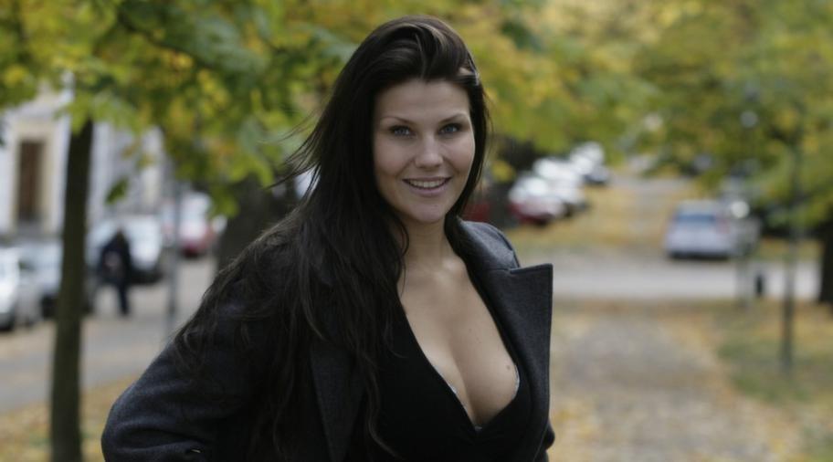 """""""Klumpar i brösten"""". 27-åriga Cecilia Kristensen var en av de första som testade Macrolane 2007. Två år senare avrådde norska läkare henne från att fylla på med ämnet och tog bort det ur hennes bröst. """"Det var som stora geléklumpar i brösten, riktigt illa"""", säger Cecilia Kristensen."""