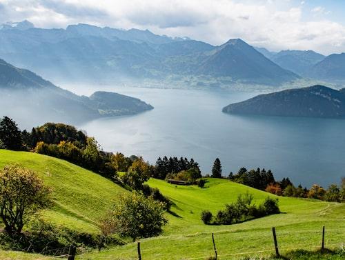 Det är lätt att bli förförd av södra Schweiz skönhet när Luganosjön dyker upp utanför tågfönstret och stationsnamnen ropas ut på italienska.