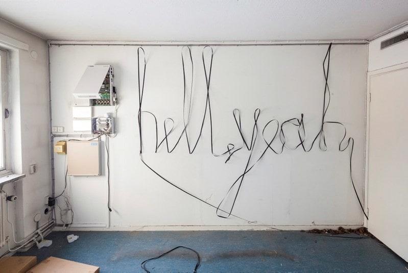 """""""Hell yeah"""" har man lyckats få till med något som ser ut som kabel eller stålvajer."""