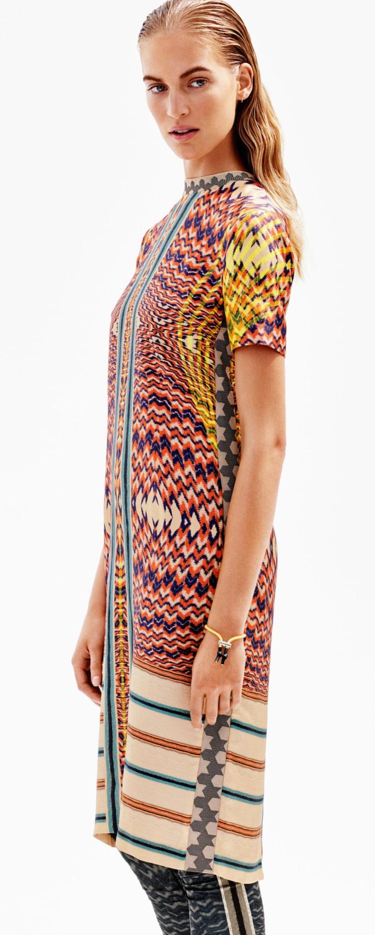 Figursydd. Våga ett modernt mönster som tar fokus! Klänning i multifärg och mönster som sticker ut. En knälång klänning i mullbärssiden med tryckt mönster. Klänningen är figursydd och har kort ärm. 799 kronor, Hm.com.