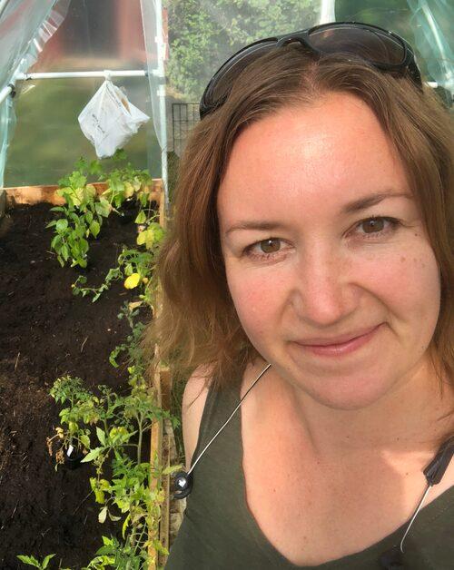 """Biologen Malin Sairio, som driver bokashi.se, hyllar metoden. """"Det bästa är att du kan göra det vart som helst och när som helst"""", säger hon."""