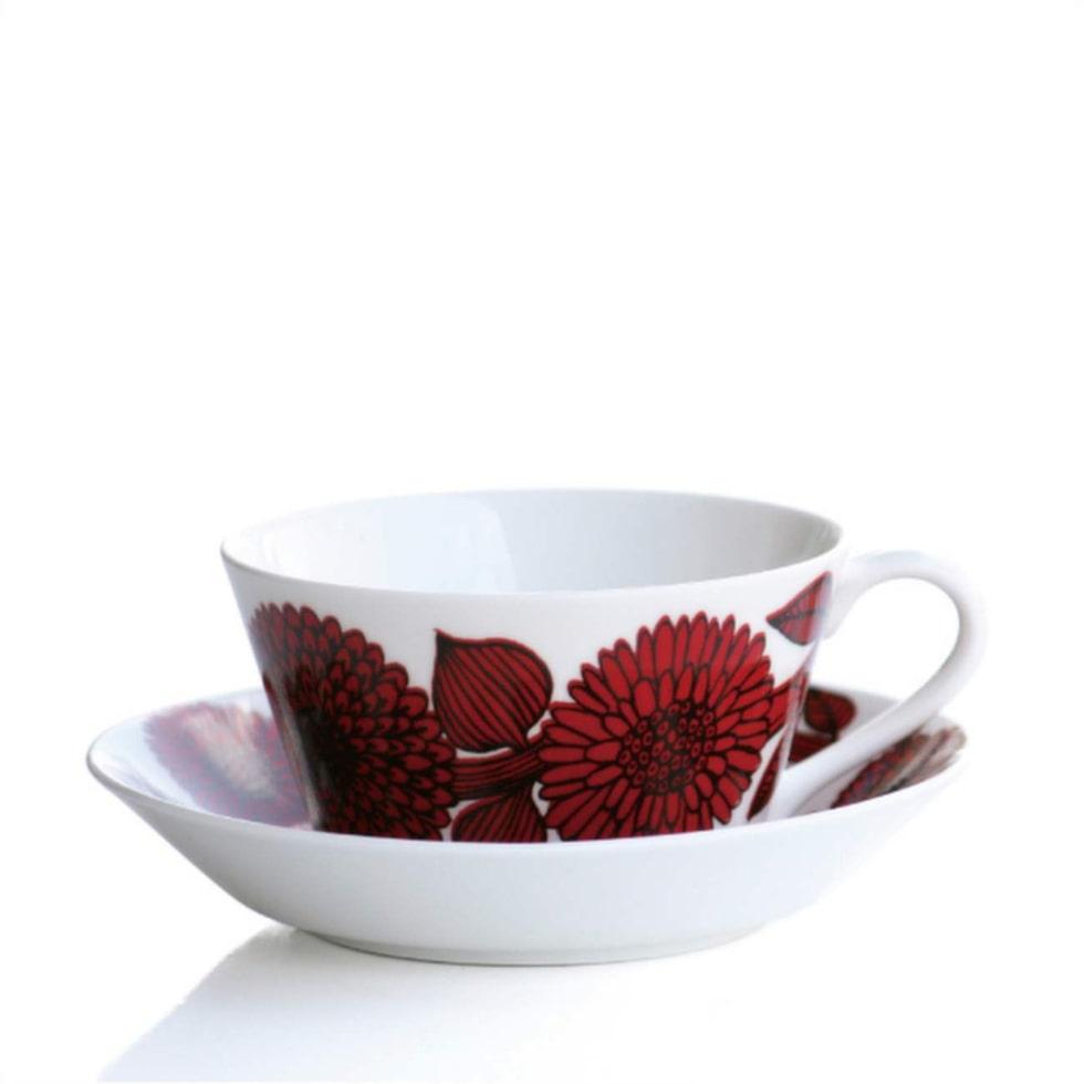 En bra stund hemma är när Maria får dricka te och jobba i lugn coh ro. Tegods Röd aster från Gustavsberg, 890 kronor, Royaldesign.se.