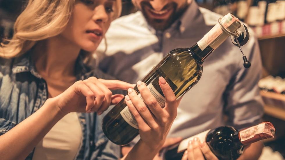 Unga vinländer talar tydligt om druvan vinet är gjort på. Det underlättar för konsumenterna, menar vinexperten Maya Samuelsson