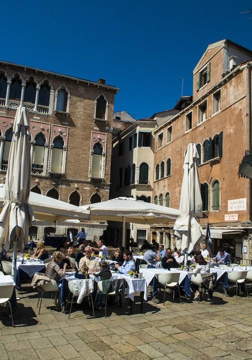 I den drömskt labyrintiska staden finns gott om torg och kaféer.