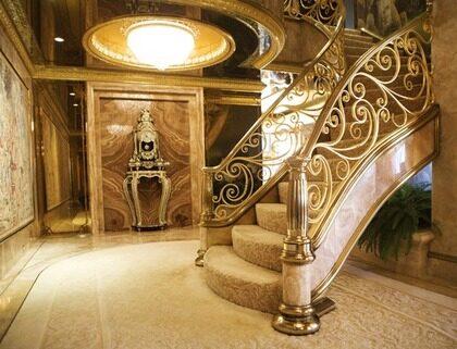 Två våningar. Den smyckade trappan binder samman de två lägenhetsplanen.