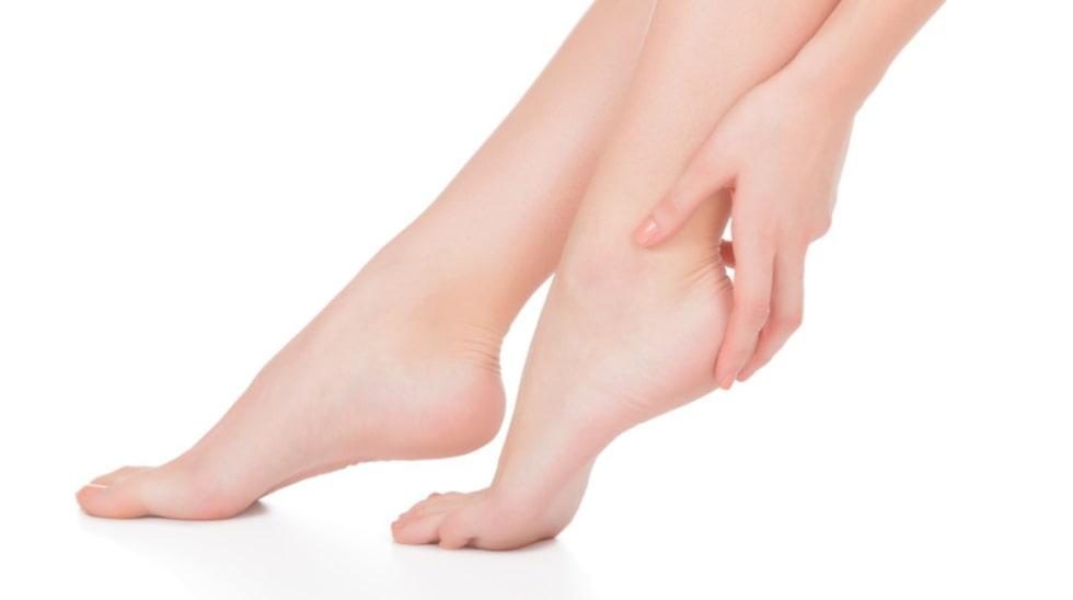 Nu lägger vi kängorna på hyllan – det är dags för bara fötter och lätta sommarskor! Men när sommarvärmen lockar till tunnare fotdon blir många påminda om vanliga fotproblem som vårtor och nageltrång.
