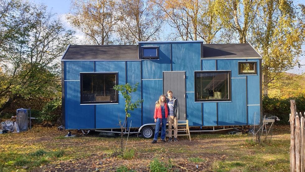 Andrea och Jonathan har designat och byggt sitt eget tiny house – ett minihus på hjul, endast 17 kvadrat stort.