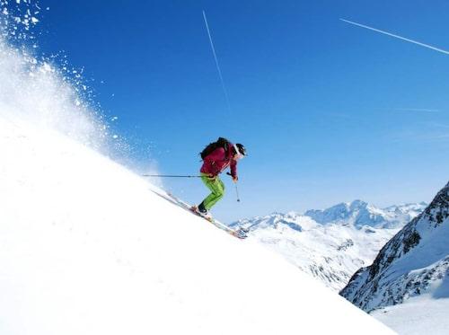 De flesta har också undantag för riskfyllda aktiviteter som bergsklättring, dykning och offpiståkning.