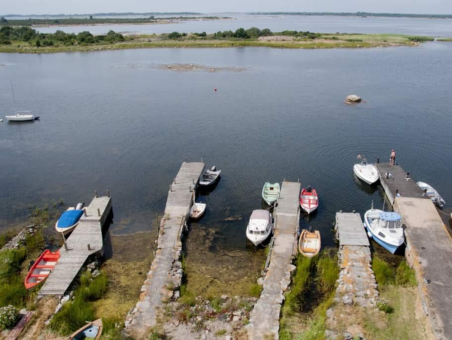 Båtfolk och badsugna samsas på Långörens bryggor.
