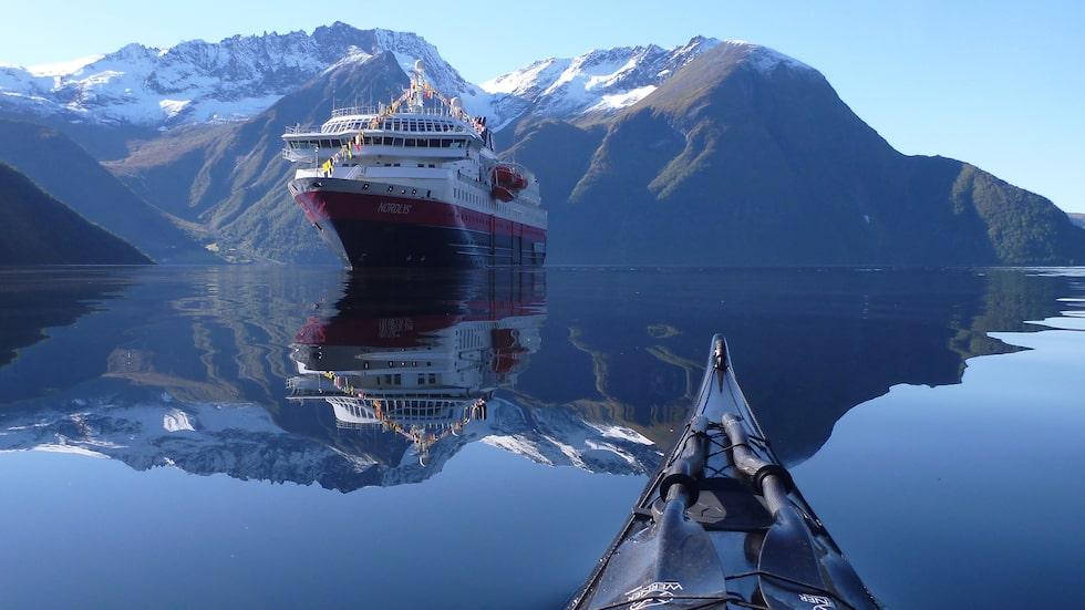 Med sina 35 km är Hjørundfjorden en av de längsta i Norge, där den skär djupt in i de lummiga Sunnmøre-alperna. Här passerar du med Hurtigruten.