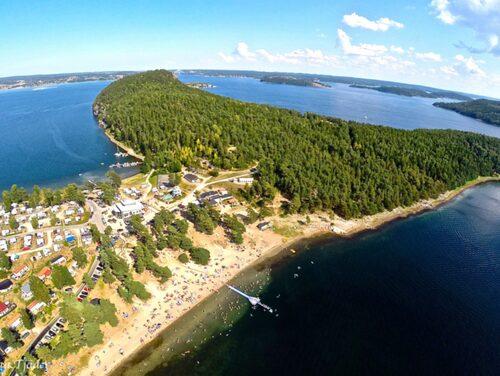 Hafsten ligger vid vattnet, väster om Uddevalla.
