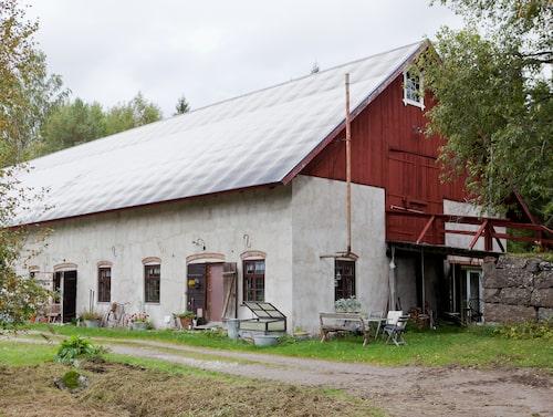 På sidan av ladugården är den gamla körbron till höloftet kvar.