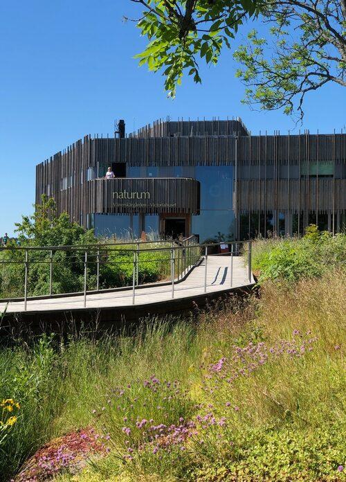På Naturum Vänerskärgården – Victoriahuset jobbar biologer som kan ge tips om vandringar och familjeutflykter.