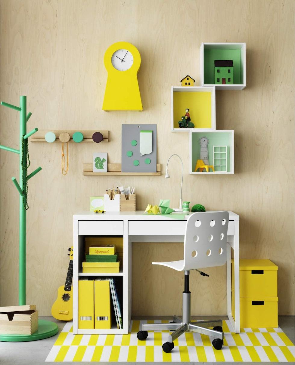 Skrivplats i pigga färger. Skrivbord Micke, 699 kronor. Stol, Jules, 299 kronor. Klädhängare, IKEA PS 2014, 349 kronor. Gul klocka, IKEA PS 1995, 349 kronor. Allt från Ikea.