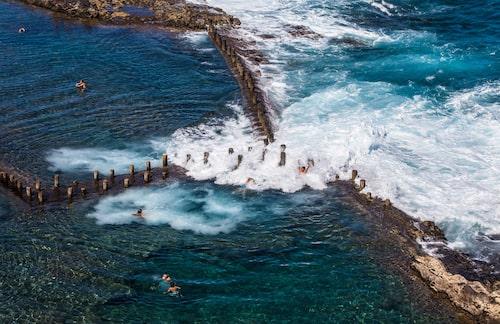 Vid högvatten sköljer stora vågor in i lavabassängen Piscinas Roque Prieto.