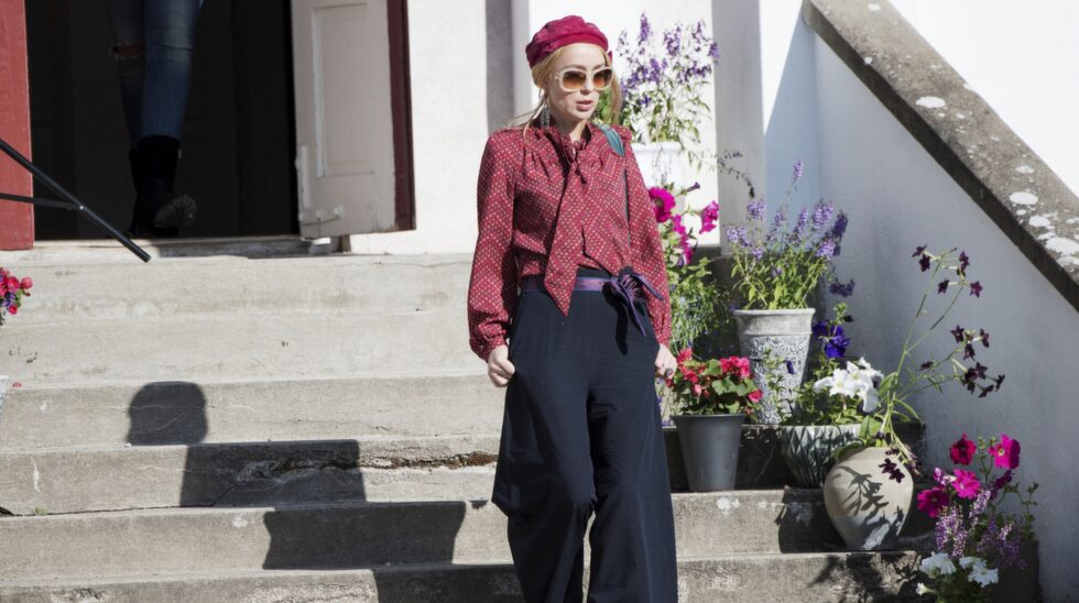 Lisa Ekdahl går ut på gården.