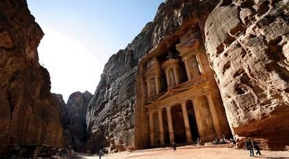 """""""Skattkammaren"""" i Petra, 40 meter hög och 28 meter bred, uthuggen direkt ur berget."""