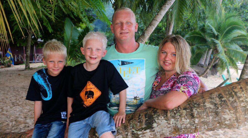 Föräldrarna Patrik och Ida befinner sig just nu i Indonesien tillsammans med barnen Milo, 8, och Jack, 6.