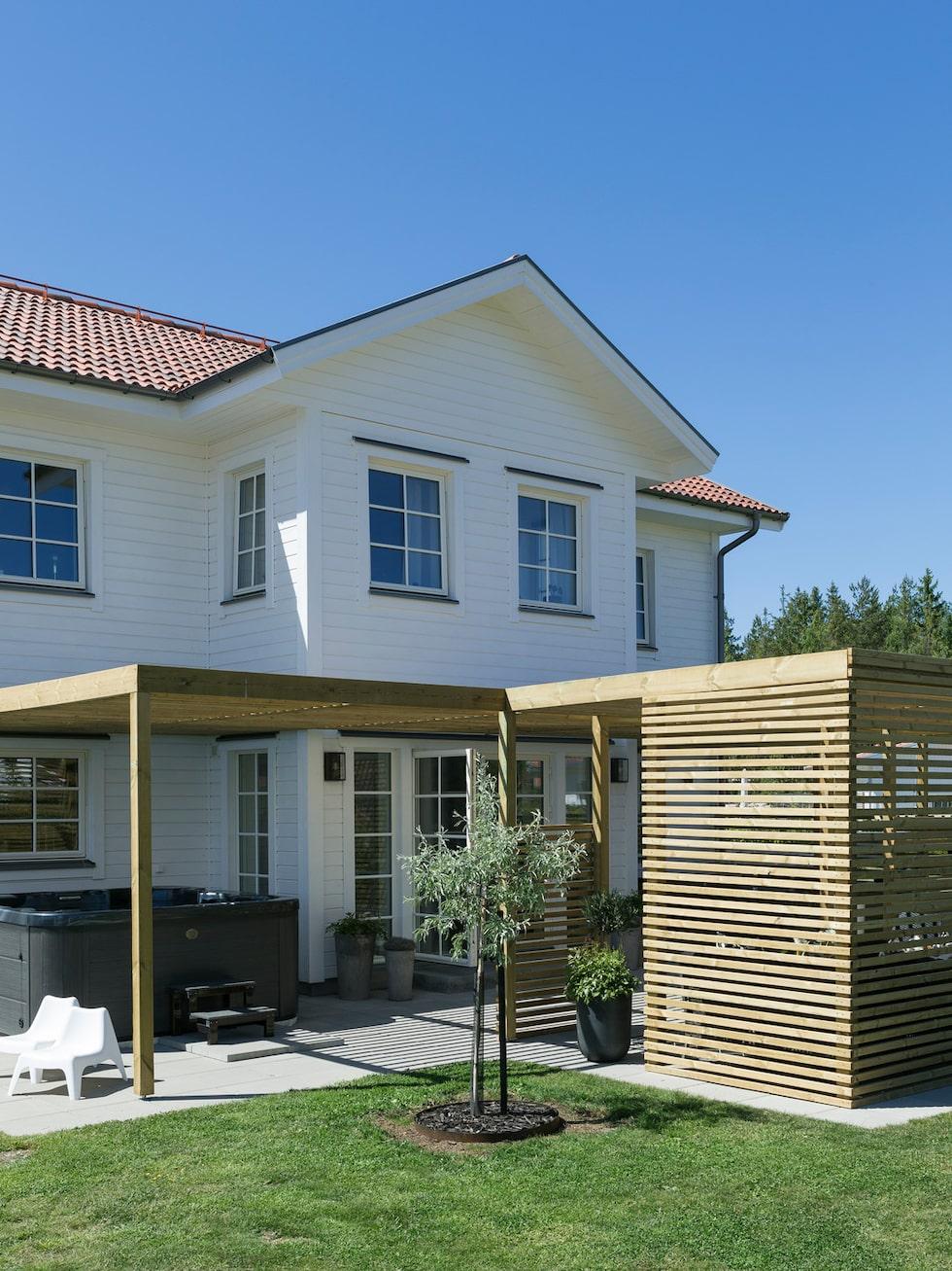 På husets baksida har paret byggt en pergola. Här har de också ett spa-bad och ett utekök.