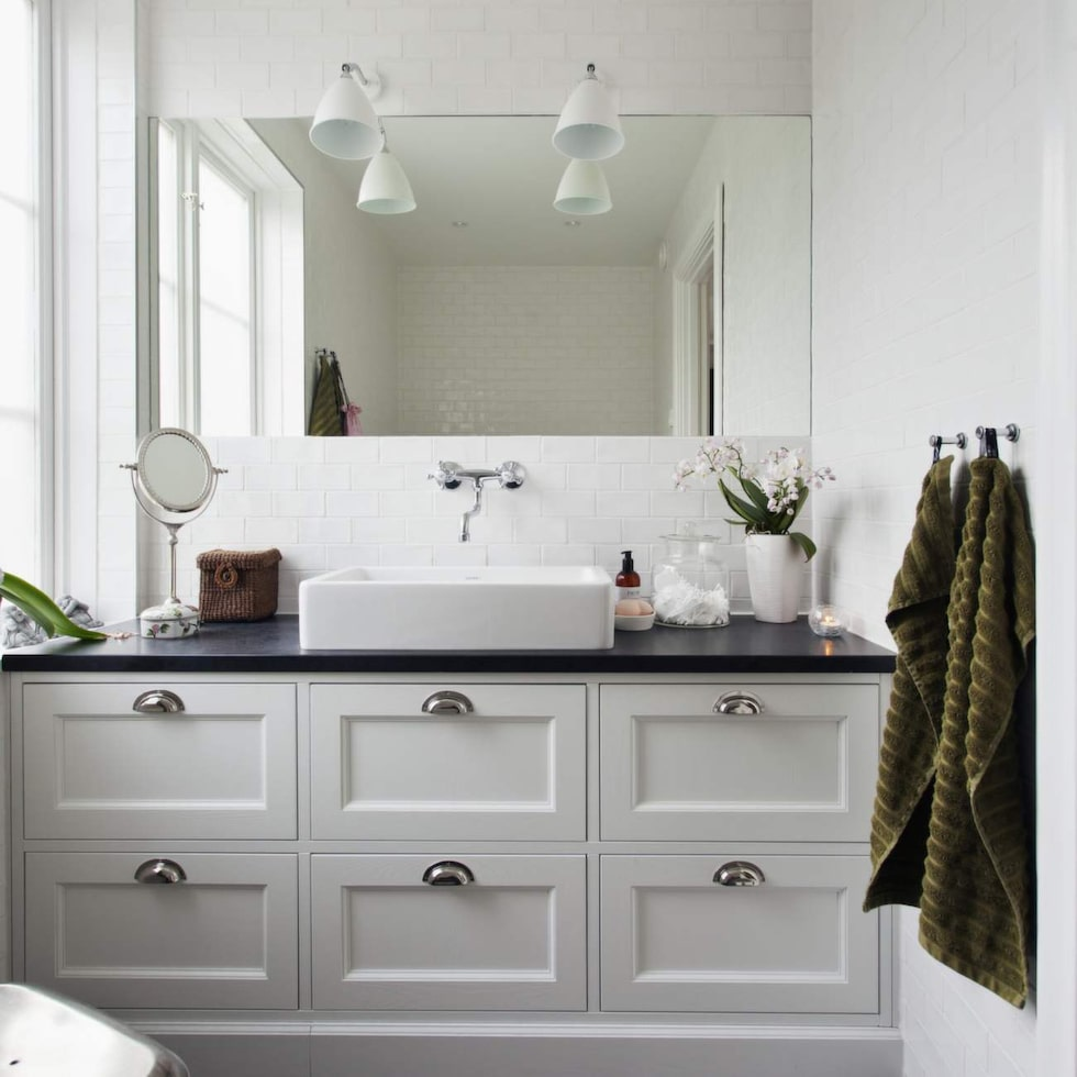 Skapa spakänsla i badrummet med doftljus, snygga flaskor och gröna växter.
