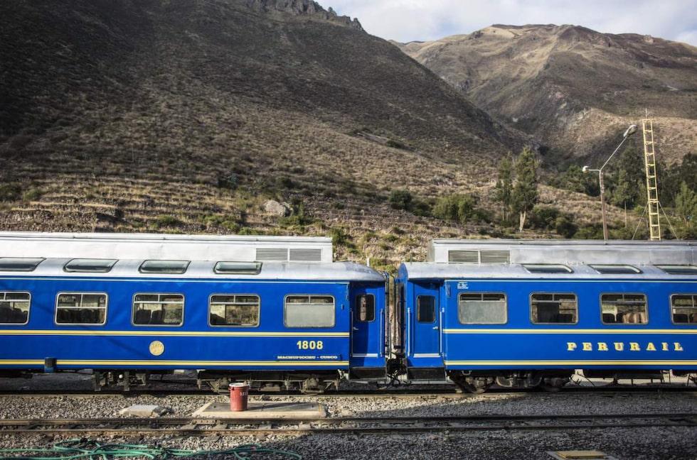 Från tidig morgon till sen kväll går tågen från den lilla staden Ollantambo till byn Aguas Callentes, varifrån resenärerna sedan kan gå eller ta buss upp till Machu Pichu.