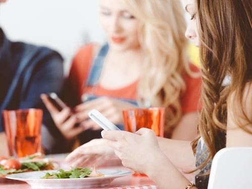 """Många saker kan störa lugnet vid en måltid. Till exempel att sitta och fippla med sin mobiltelefon: """"Det gör att man inte får en bra, skön och avkopplande stund"""", säger Mats-Eric Nilsson."""
