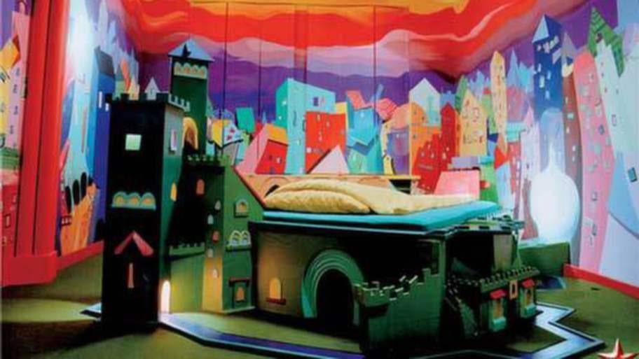 En borg mitt i en stad. Men känns inte de där väggarna mer läskiga än lekfulla?