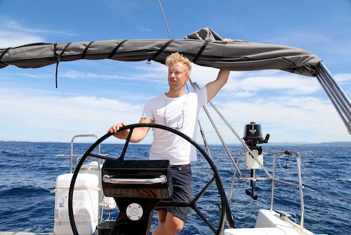 """Kaptenen på More 55:an,Theodor Pålsson, kan segla båten själv. """"Men den som vill får gärna hjälpa till"""", säger Theodor."""