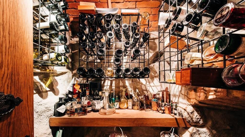 Här finns ett utrymme som används som vinkällare, men kan också vara förråd.