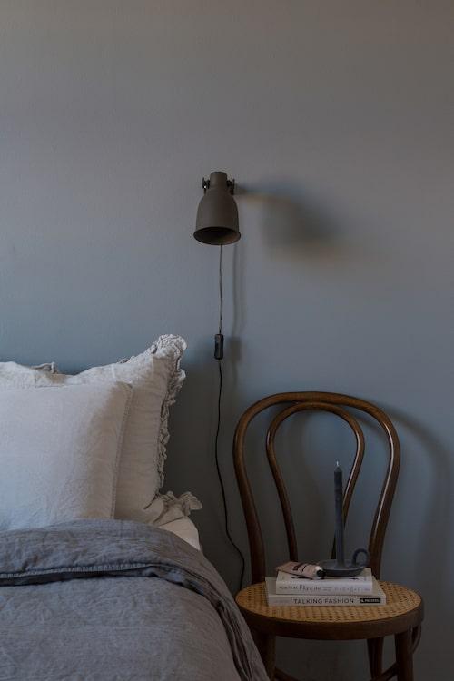 Väggfärg Nordsjö R7.05.55. Sängkläder H&M home. Vägglampor Ikea. Stolen är köpt på loppis.