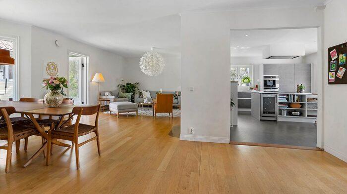 En del av huset är social med öppna ytor mellan kök, matrum och vardagsrum.