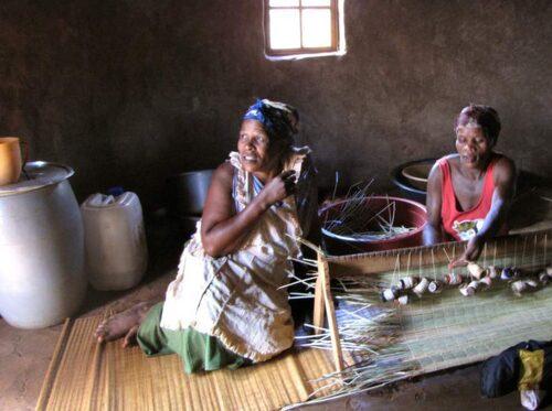 I zulubyn Nopondo lever man precis som man gjort i hundratals år. Här väver kvinnorna de sovmattor som alla sover på.
