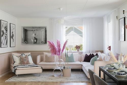 """""""Vi tillbringar mycket tid i vårt kök och i vår stora rosa soffa. Barnen häger mest på ovanvåningen, det är där vi har tv"""",säger Nathalie. Soffa, Ikea. Lampa, Petite Friture. Tavlor från Desenio och Canvasbutiken. Kuddar från H&M Home och Svanefors. Pläd, Hermes. Vas, Skrufs glasbruk."""