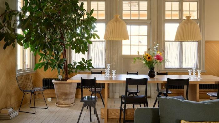 Det är ett stort vardagsrum med plats för många kring middagsbordet.