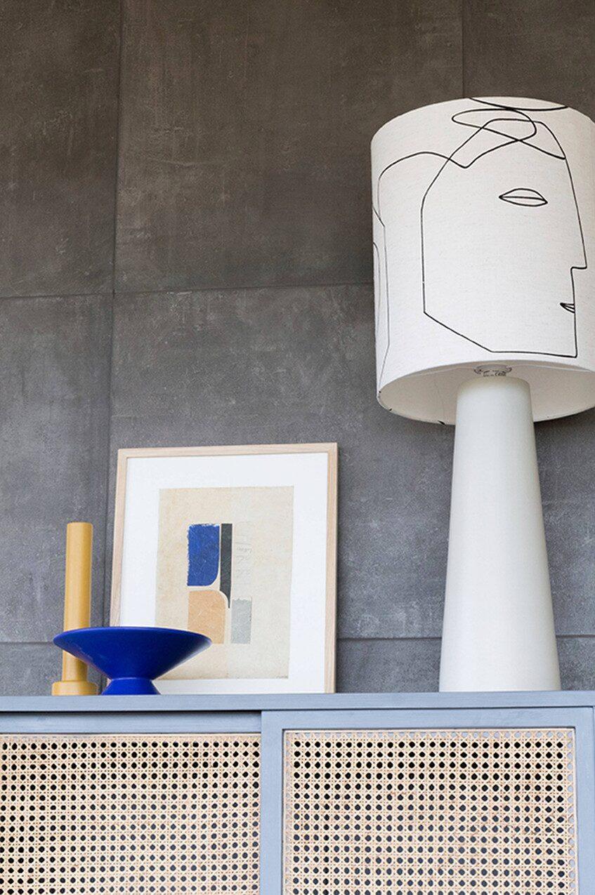 """Liten tavla """"Tiny art Abstract M"""" av ny Stories, 739 kronor, lampa """"Printed faces"""", 3 200 kronor, allt från HK Living."""