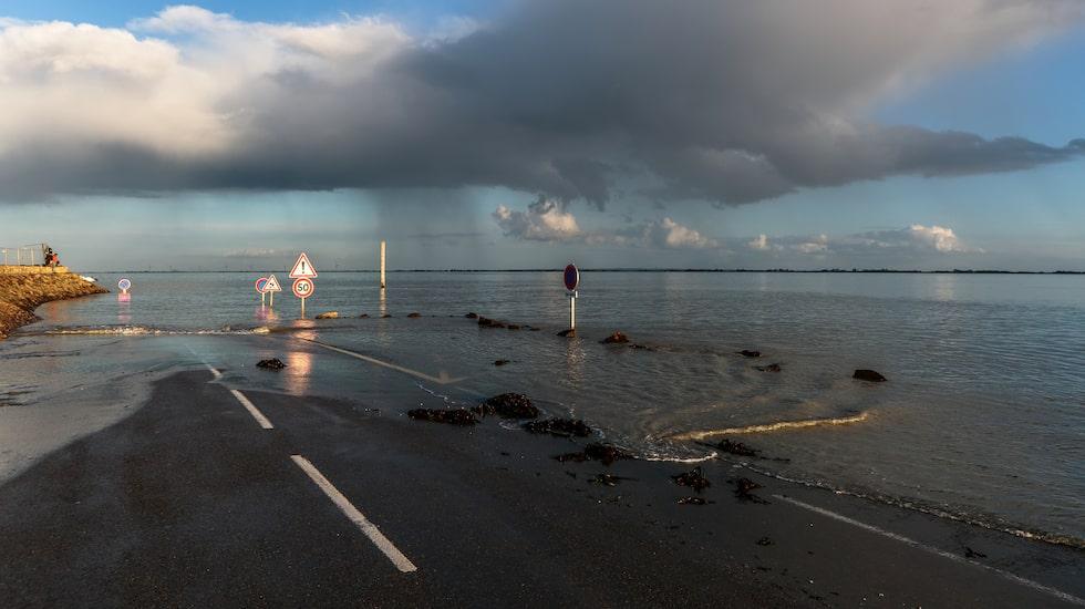 Passage Du Gois i Frankrike översvämmas av tidvatten två gånger om dagen.