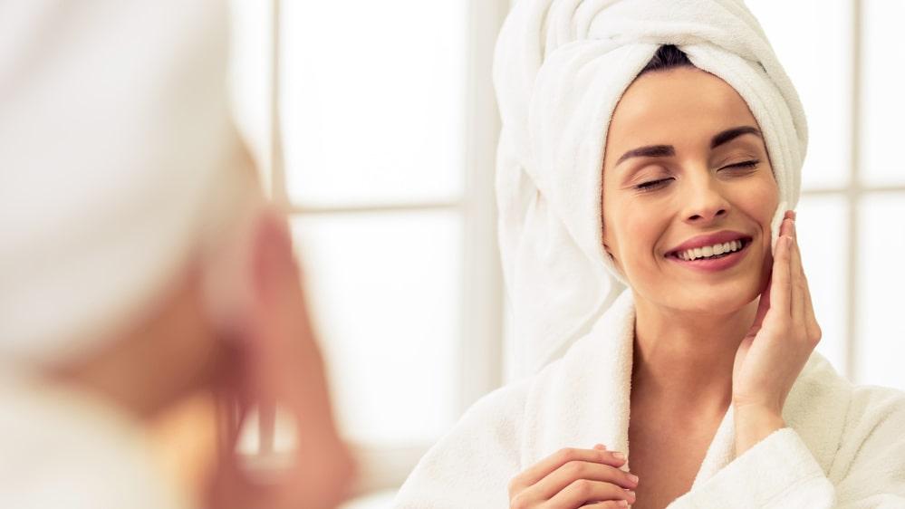 Syra är en vanlig ingrediens i allt från ansiktstvätt till dagkrämer.