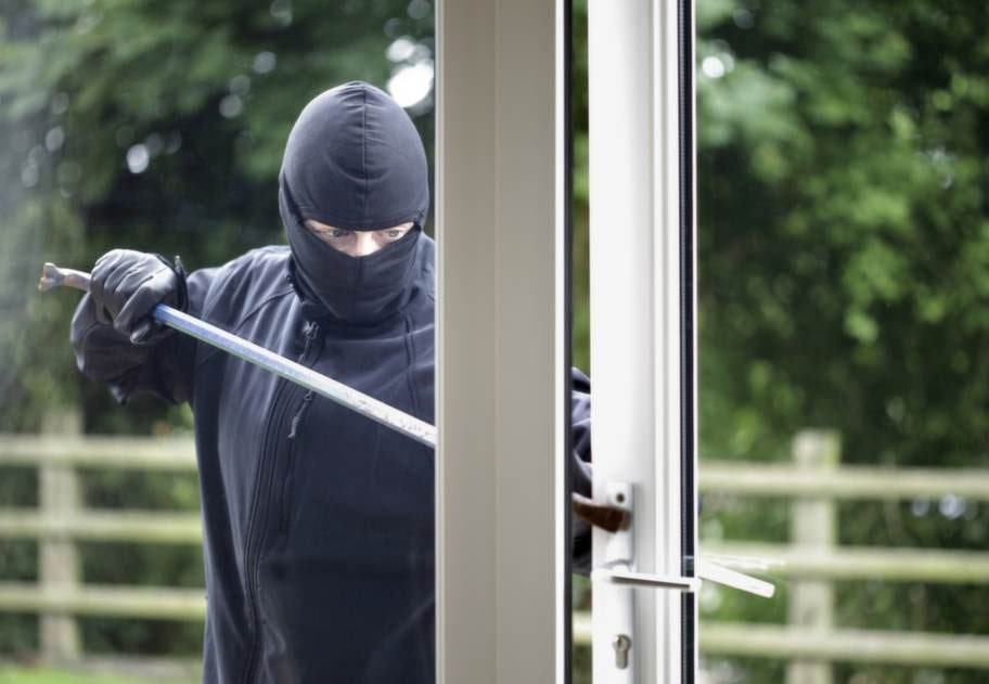 """""""Varken fönster eller dörrar ska kunna låsas upp genom en trasig fönsterruta. Bra lås försvårar för tjuven att ta sig in men framför allt ut med stöldgods"""", säger Pia Lindström på SFF Stöldskyddsföreningen."""