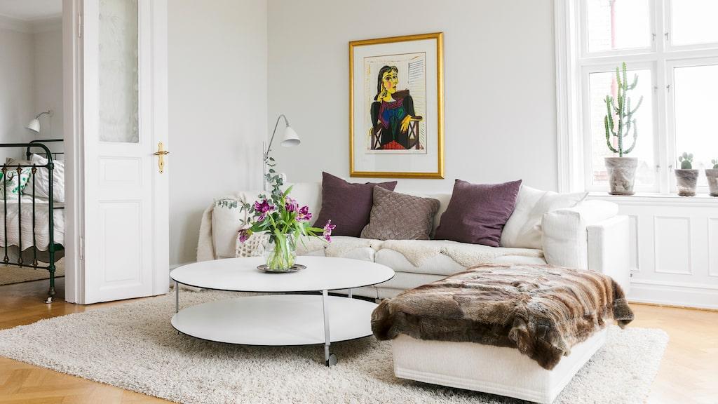 Tv-rummet på bottenvåningen är möblerat med soffa från Eilersen.