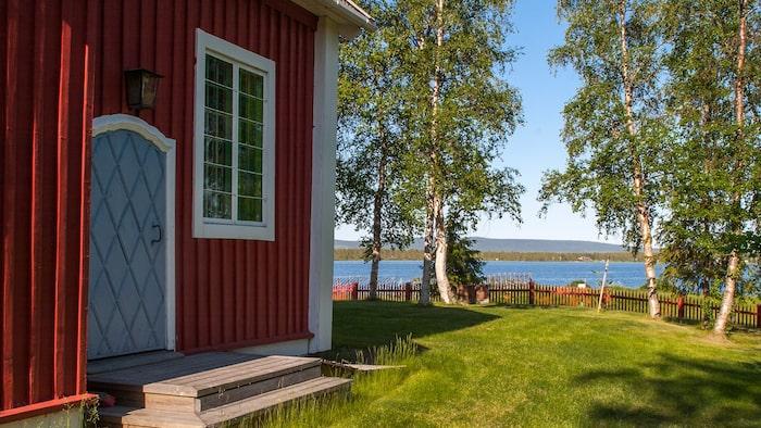 Vid Torneälvens strand står Jukkasjärvi kyrka anno 1607 med berömda altarmålningar av Bror Hjort.