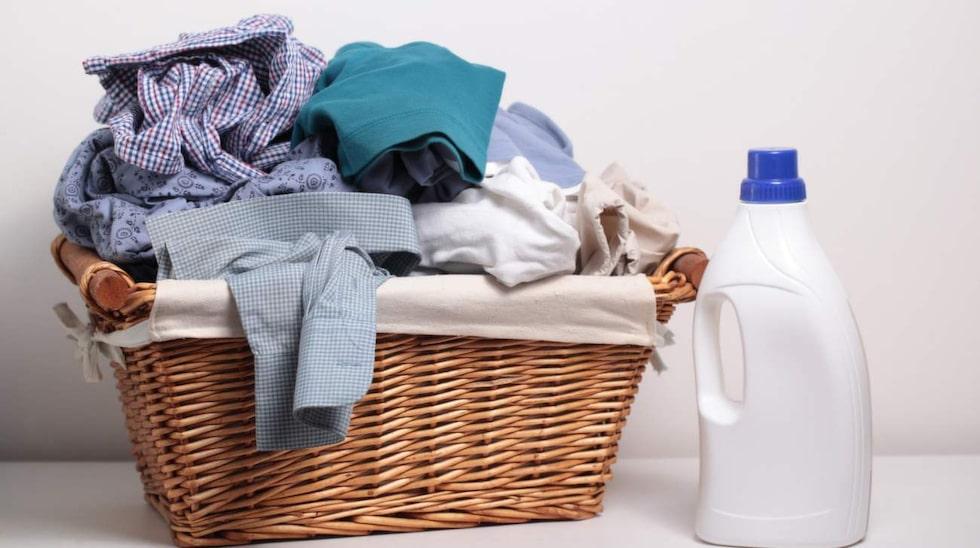 Överdosering av tvättmedel kan leda till både allergier och slitna kläder.