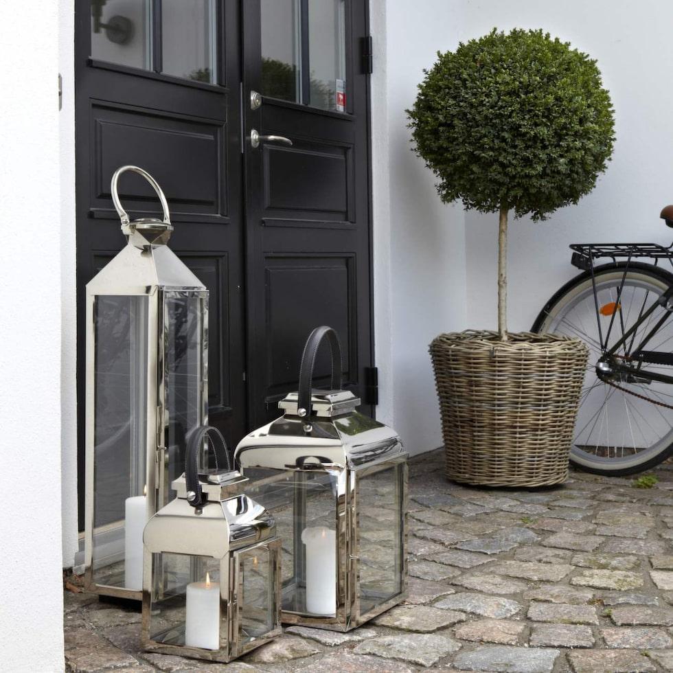 Första intrycket är viktigt så städa och gör fint även utanför huset eller i lägenhetens entré och trapphus. Några lyktor och en kruka med säsongens blommor ger ett välkomnande första intryck.