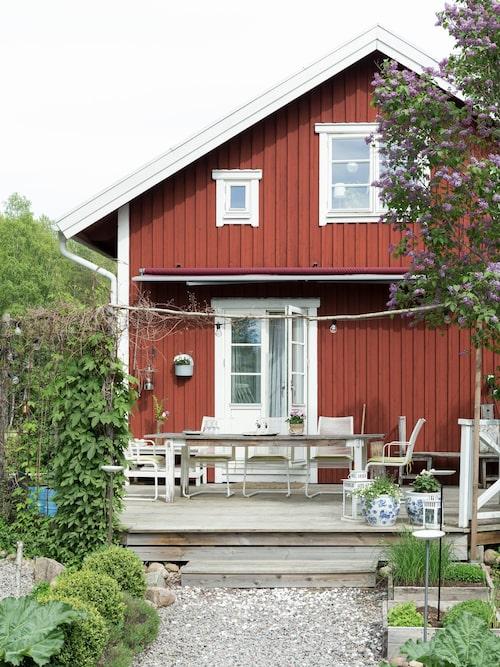 Utanför köket finns en härlig altan, där familjen intar alla måltider under sommaren när vädret tillåter det.
