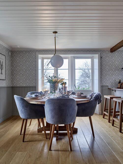 I köket kan man sitta vid bordet och se ut över hela stan genom fönstret. Vas, Skrufs glasbruk. Stolar, Sofacompany. Matbord, HagaHem. Porslin, Tyghuset Taberg. Lampa, Flos.