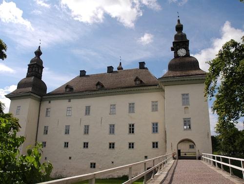 Det sägs att en grevinna spökar på Ekenäs slott i Linköping.