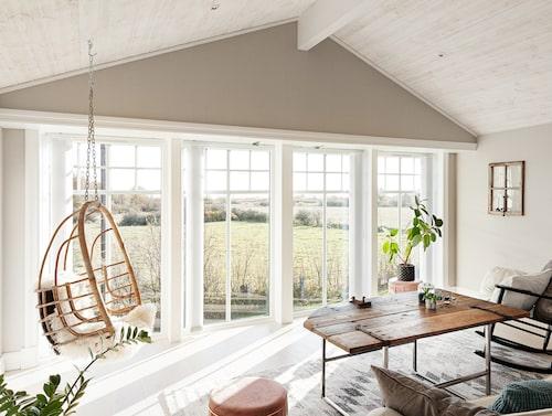Vardagsrummet på övervåning har en vid utsikt över det öländska Alvaret. Speglarna och bordet är återbruk från sådant som hittats på gården.